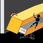 Cucina appoggiata a terra con basi dotate di cassetti e cestoni, prive di fissaggio alla parete. Se un bambino si arrampica sui cestoni aperti, la cucina si può rovesciare.